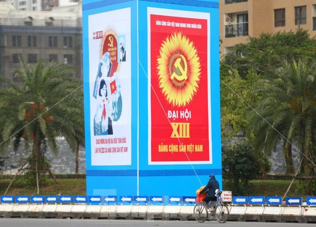Hà Nội rực rỡ cờ, áp phích chào mừng Đại hội XIII của Đảng - Ảnh 12.
