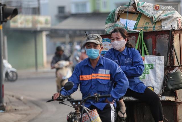 Ảnh: Nhiệt độ giảm còn 19 độ C, người Sài Gòn mặc áo ấm và quàng khăn nhưng vẫn co ro vì lạnh - Ảnh 12.