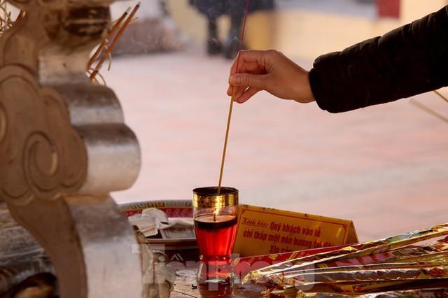 Nhiều người Hà Nội tranh thủ nghỉ trưa đi lễ Tứ trấn ngày mùng 1 cuối cùng của năm - Ảnh 12.