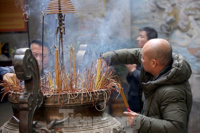 Nhiều người Hà Nội tranh thủ nghỉ trưa đi lễ Tứ trấn ngày mùng 1 cuối cùng của năm - Ảnh 14.