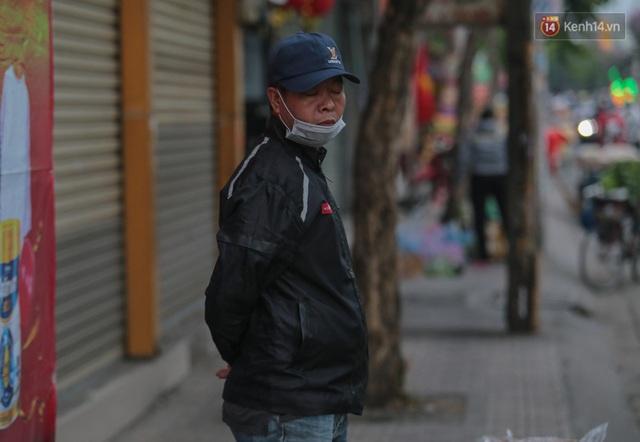 Ảnh: Nhiệt độ giảm còn 19 độ C, người Sài Gòn mặc áo ấm và quàng khăn nhưng vẫn co ro vì lạnh - Ảnh 3.