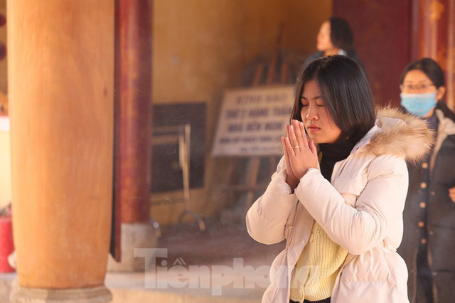 Nhiều người Hà Nội tranh thủ nghỉ trưa đi lễ Tứ trấn ngày mùng 1 cuối cùng của năm - Ảnh 3.