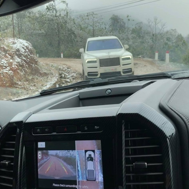 Đại gia mang Rolls-Royce Cullinan 40 tỷ vượt đường tuyết lên Lào Cai bất chấp nhiều xe từng gặp nạn do trơn trượt - Ảnh 4.