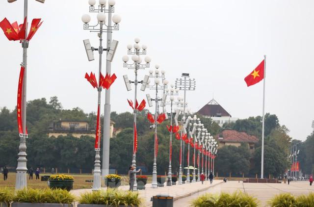 Hà Nội rực rỡ cờ, áp phích chào mừng Đại hội XIII của Đảng - Ảnh 5.