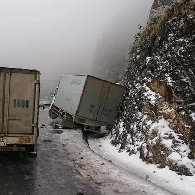Đại gia mang Rolls-Royce Cullinan 40 tỷ vượt đường tuyết lên Lào Cai bất chấp nhiều xe từng gặp nạn do trơn trượt - Ảnh 6.