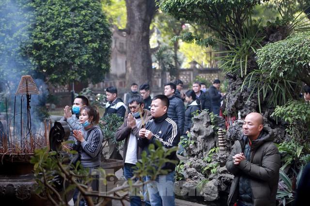 Nhiều người Hà Nội tranh thủ nghỉ trưa đi lễ Tứ trấn ngày mùng 1 cuối cùng của năm - Ảnh 7.