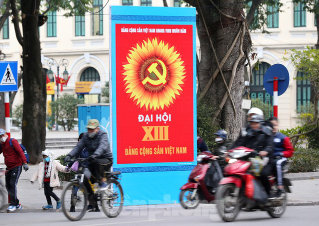 Hà Nội rực rỡ cờ, áp phích chào mừng Đại hội XIII của Đảng - Ảnh 9.