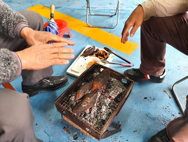 Rét cắt da cắt thịt, người dân vơ củi nhóm lửa sưởi ấm mưu sinh ở TP Vinh - Ảnh 9.