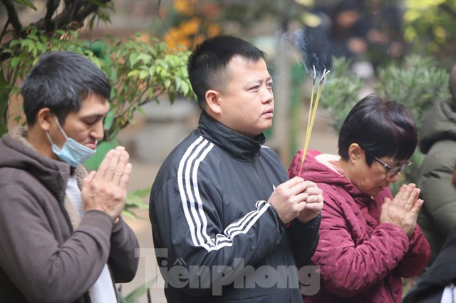 Nhiều người Hà Nội tranh thủ nghỉ trưa đi lễ Tứ trấn ngày mùng 1 cuối cùng của năm - Ảnh 9.