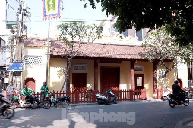 Nhiều người Hà Nội tranh thủ nghỉ trưa đi lễ Tứ trấn ngày mùng 1 cuối cùng của năm - Ảnh 10.
