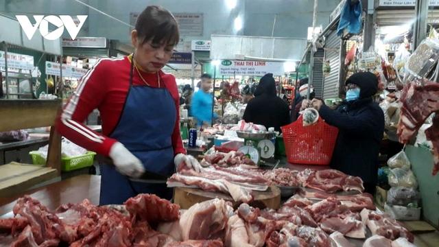 Giá thịt heo tăng lại ế ẩm khiến tiểu thương gặp khó khăn - Ảnh 2.