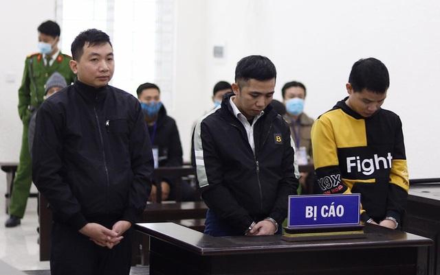 Phạt tù nhóm đối tượng chiếm đoạt tiền tỉ thông qua lỗi hệ thống ngân hàng - Ảnh 1.
