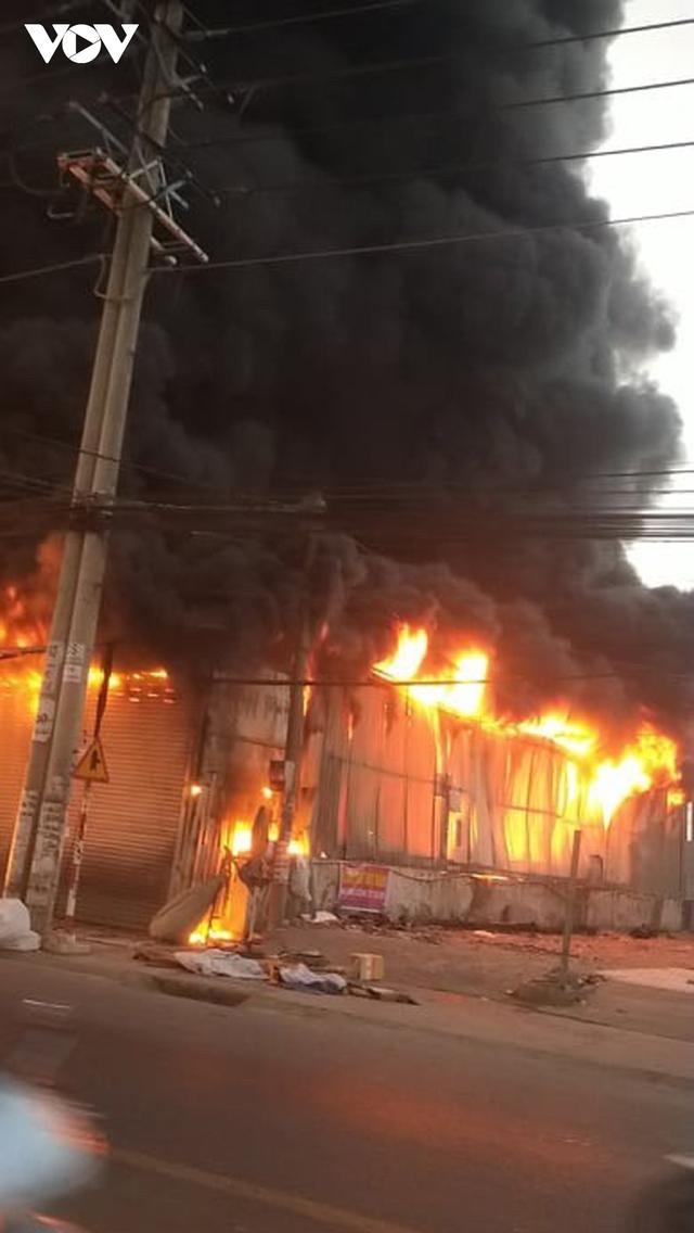 Cháy lớn tại Bình Dương khiến cửa hàng bán xe máy bị thiêu rụi, thiệt hại hàng tỷ đồng - Ảnh 1.