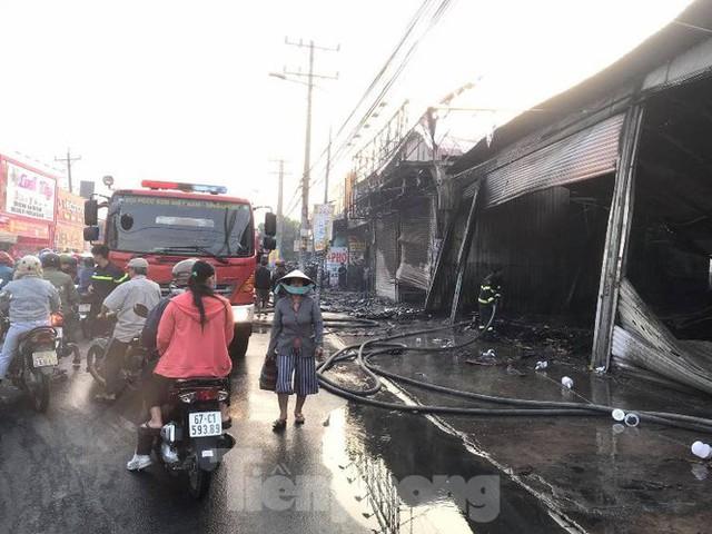 Nhiều người ôm mặt khóc nhìn lửa thiêu rụi đại lý xe máy và tiệm giày dép  - Ảnh 1.