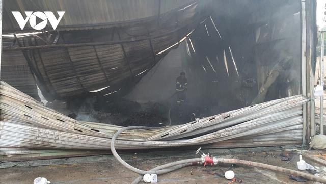 Cháy lớn tại Bình Dương khiến cửa hàng bán xe máy bị thiêu rụi, thiệt hại hàng tỷ đồng - Ảnh 3.