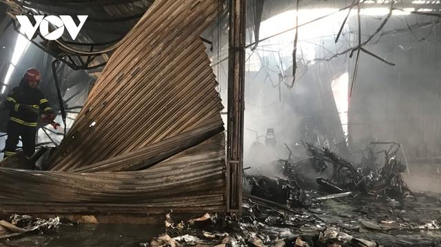 Cháy lớn tại Bình Dương khiến cửa hàng bán xe máy bị thiêu rụi, thiệt hại hàng tỷ đồng - Ảnh 4.
