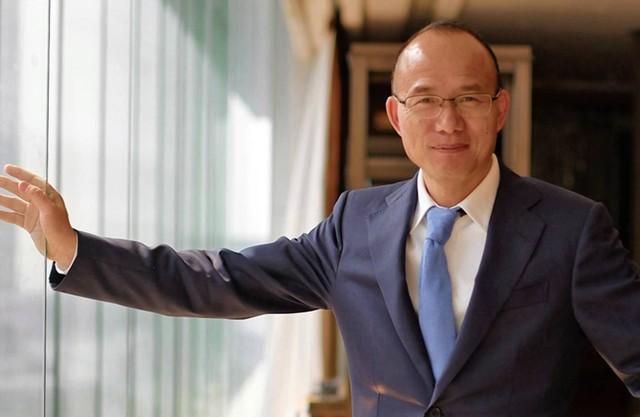 Tỷ phú từng được mệnh danh là Warren Buffett của Trung Quốc: Cử nhân Triết học thoát nghèo nhờ cãi lời cha mẹ, vừa kinh doanh đã kiếm về 1 triệu USD ở tuổi 25 - Ảnh 1.