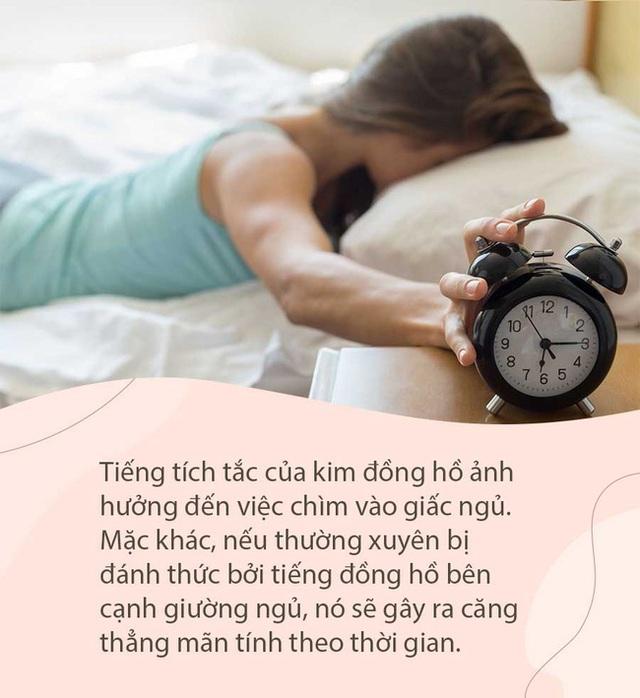 Đừng để 5 thứ này gần đầu giường, nếu không bạn sẽ bị rụng tóc, ngủ kém, sức khỏe giảm sút - Ảnh 1.