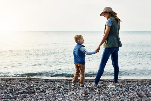 Đang đi thì bị kẻ khác sỉ nhục, mẹ làm 1 việc khiến con bất ngờ, lời giải thích là cách dạy con sâu sắc - Ảnh 1.