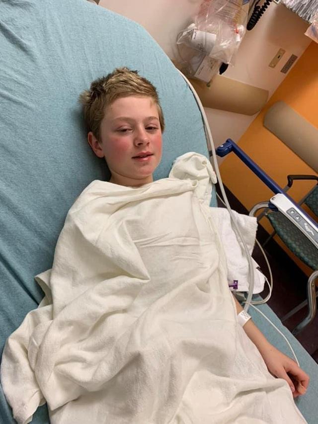 Hình ảnh cậu bé 11 tuổi mắt chuyển màu đỏ máu đáng sợ nhưng chân lại có màu xanh do mắc Covid-19 gây lo ngại - Ảnh 2.