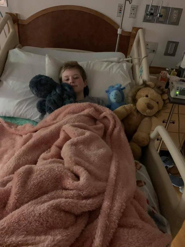 Hình ảnh cậu bé 11 tuổi mắt chuyển màu đỏ máu đáng sợ nhưng chân lại có màu xanh do mắc Covid-19 gây lo ngại - Ảnh 4.