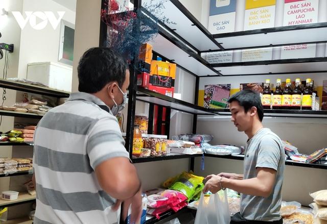 Hàng đặc sản Tết ở TP HCM khan hiếm, giá tăng - Ảnh 1.