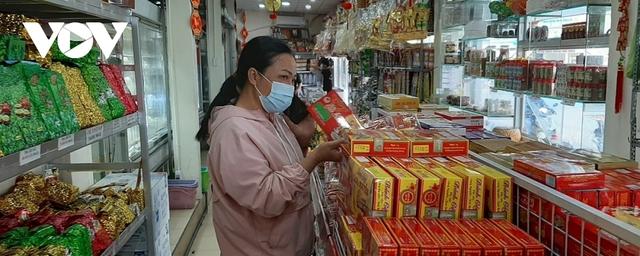 Hàng đặc sản Tết ở TP HCM khan hiếm, giá tăng - Ảnh 2.