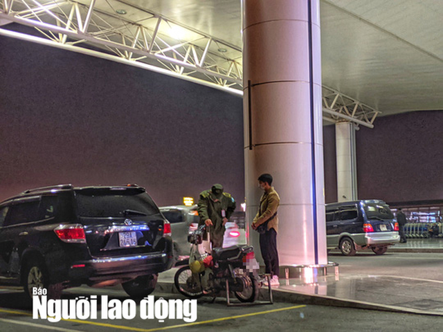 Thanh niên phi thẳng xe máy lên tầng 3 sảnh quốc tế ở sân bay Nội Bài  - Ảnh 1.