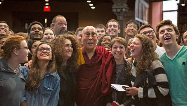 Một người bị trúng tên, mũi thứ 2 có gây đau đớn hơn mũi thứ nhất? Câu trả lời của Đức Dalai Lama khiến ai cũng tỉnh ngộ: Áp dụng vào cuộc sống càng thấy thấm thía hơn - Ảnh 1.