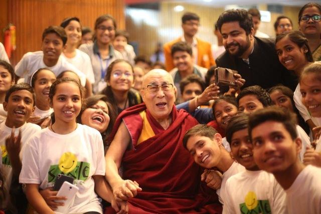 Một người bị trúng tên, mũi thứ 2 có gây đau đớn hơn mũi thứ nhất? Câu trả lời của Đức Dalai Lama khiến ai cũng tỉnh ngộ: Áp dụng vào cuộc sống càng thấy thấm thía hơn - Ảnh 2.