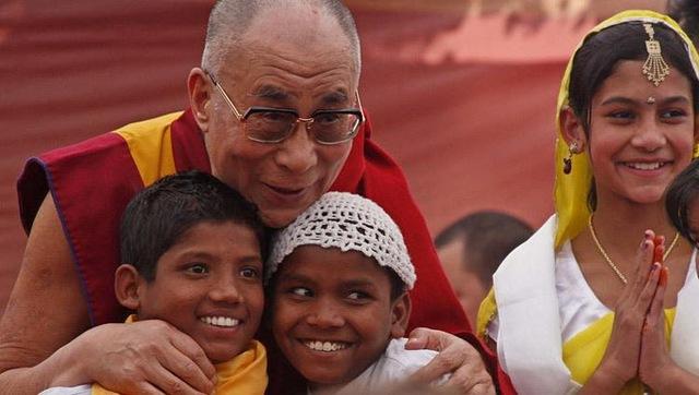 Một người bị trúng tên, mũi thứ 2 có gây đau đớn hơn mũi thứ nhất? Câu trả lời của Đức Dalai Lama khiến ai cũng tỉnh ngộ: Áp dụng vào cuộc sống càng thấy thấm thía hơn - Ảnh 3.