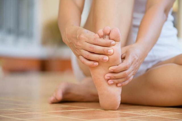 Khi mạch máu não bị tắc nghẽn, sẽ có 4 biểu hiện này ở bàn chân, chú ý để phòng tránh đột quỵ bất ngờ - Ảnh 2.