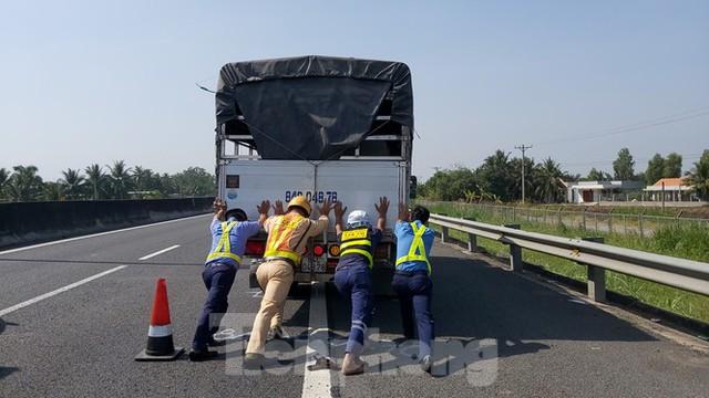 Tài xế dừng xe trên cao tốc TP. HCM – Trung Lương để... ngủ - Ảnh 1.