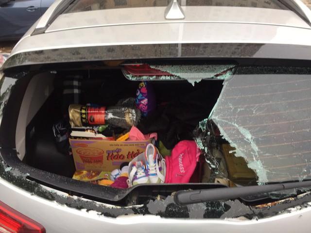 Công an điều tra vụ xe ô tô bị đập vỡ kính vì nghi không gửi vào bãi - Ảnh 1.