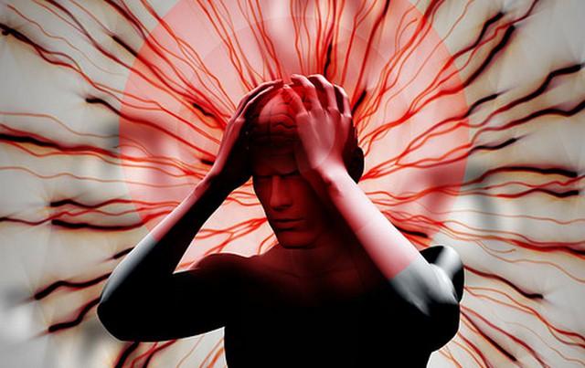 Bố đột quỵ, con dùng dao cứa tai chích máu gây nguy hiểm: BS cảnh báo 3 sai lầm chết người khi xử trí đột quỵ mọi người cần tránh - Ảnh 1.