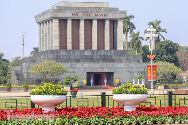 Hà Nội rực rỡ hoa chào mừng Đại hội Đảng lần thứ XIII - Ảnh 16.