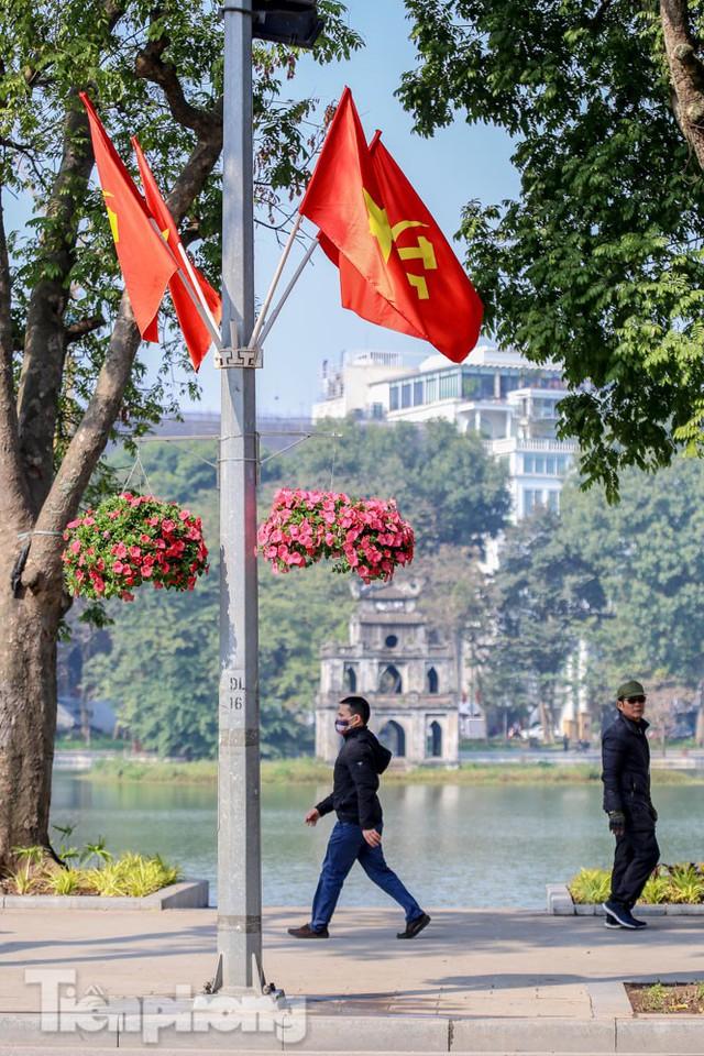 Hà Nội rực rỡ hoa chào mừng Đại hội Đảng lần thứ XIII - Ảnh 9.