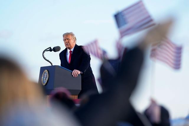 Tổng thống Trump lên Air Force One lần cuối, rời Washington D.C về làm thường dân - Ảnh 1.