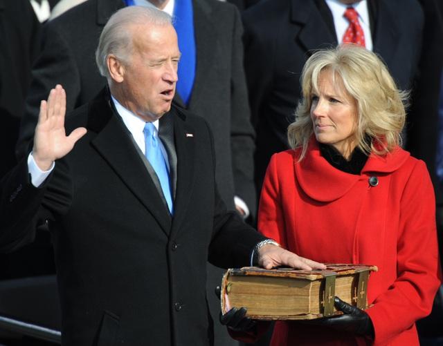 [Cập nhật]: Ông Trump bước xuống Air Force One, ông Biden bước lên lễ đài chuẩn bị tuyên thệ - Ảnh 1.