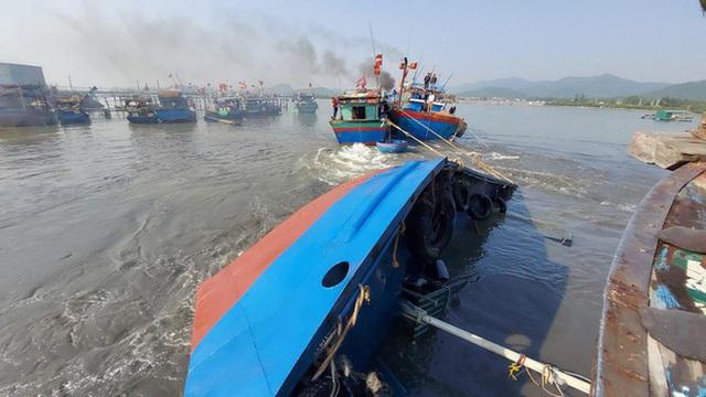 Tàu biển vừa bơm 5000 lít dầu và nước ngọt, chưa kịp đi bán thì bị chìm - Ảnh 1.