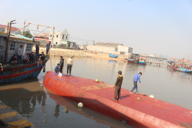 Tàu biển vừa bơm 5000 lít dầu và nước ngọt, chưa kịp đi bán thì bị chìm - Ảnh 2.