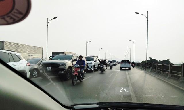 Phương tiện ùn dài trên cầu Vĩnh Tuy vì 4 ô tô dồn toa - Ảnh 1.