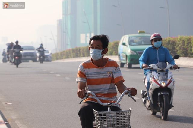 Chùm ảnh: Bụi mờ mù mịt bủa vây Sài Gòn, báo động ô nhiễm không khí trong những ngày cuối năm - Ảnh 12.