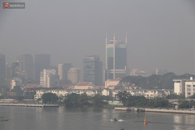 Chùm ảnh: Bụi mờ mù mịt bủa vây Sài Gòn, báo động ô nhiễm không khí trong những ngày cuối năm - Ảnh 14.