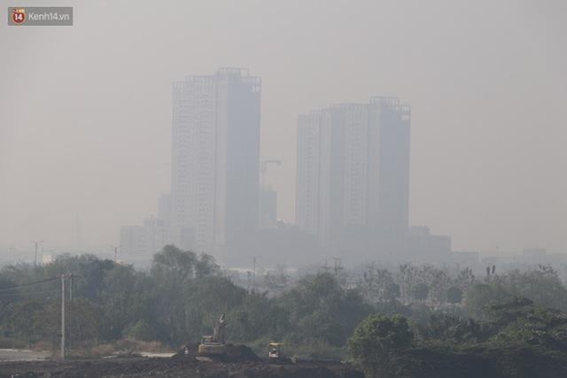Chùm ảnh: Bụi mờ mù mịt bủa vây Sài Gòn, báo động ô nhiễm không khí trong những ngày cuối năm - Ảnh 15.
