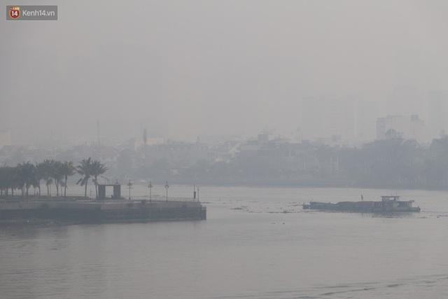 Chùm ảnh: Bụi mờ mù mịt bủa vây Sài Gòn, báo động ô nhiễm không khí trong những ngày cuối năm - Ảnh 16.