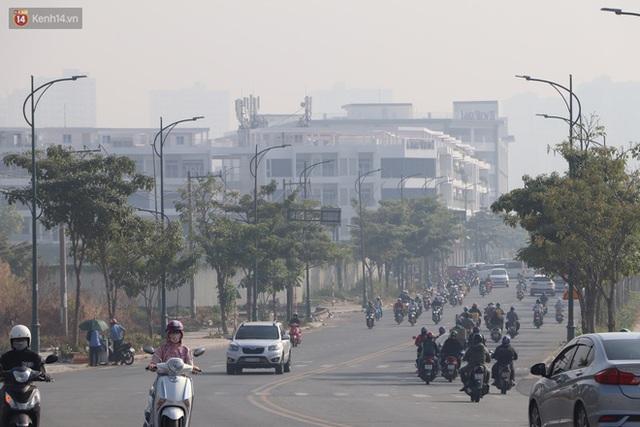 Chùm ảnh: Bụi mờ mù mịt bủa vây Sài Gòn, báo động ô nhiễm không khí trong những ngày cuối năm - Ảnh 17.