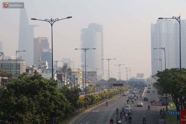 Chùm ảnh: Bụi mờ mù mịt bủa vây Sài Gòn, báo động ô nhiễm không khí trong những ngày cuối năm - Ảnh 19.