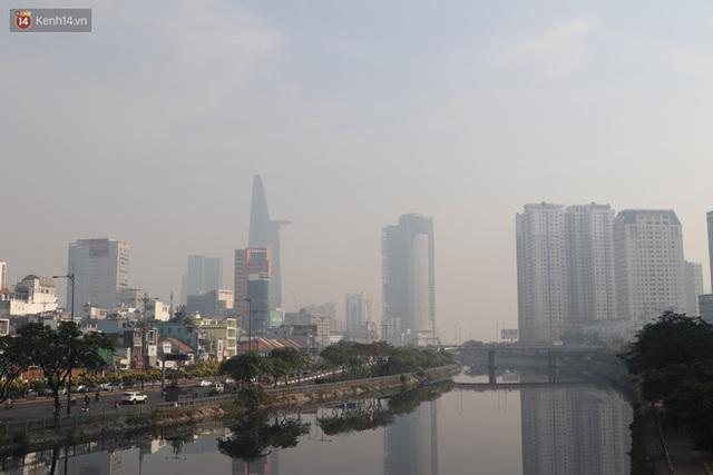 Chùm ảnh: Bụi mờ mù mịt bủa vây Sài Gòn, báo động ô nhiễm không khí trong những ngày cuối năm - Ảnh 20.