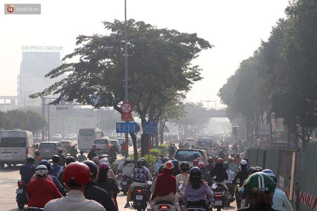Chùm ảnh: Bụi mờ mù mịt bủa vây Sài Gòn, báo động ô nhiễm không khí trong những ngày cuối năm - Ảnh 3.